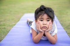 asiatisches Mädchen auf Yogamatte lizenzfreie stockfotos