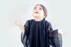 Asiatisches Mädchen bitten Handlächelngesicht lizenzfreies stockfoto