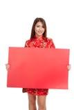 Asiatisches Mädchen in chinesischem cheongsam Kleid mit rotem leerem Zeichen lizenzfreie stockbilder