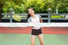 Asiatisches Mädchen, das Badminton auf dem Gericht spielt lizenzfreie stockfotografie