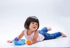 Asiatisches Mädchen, das bohrt, um Farbball zu spielen stockbilder