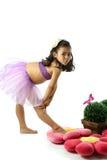 Asiatisches Mädchen, das eine Ballettbewegung bildet Lizenzfreie Stockbilder