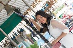 Asiatisches Mädchen, das eine Glocke schellt Stockfoto
