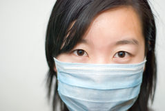 Asiatisches Mädchen, das eine Schablone trägt Lizenzfreie Stockfotos