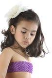 Asiatisches Mädchen, das eine weiße Blume auf dem Kopf trägt Lizenzfreies Stockbild