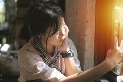 Asiatisches Mädchen, das Fotos beim Warten auf den Kuchen macht lizenzfreie stockbilder