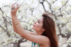 Asiatisches Mädchen, das Fotos macht Lizenzfreies Stockfoto