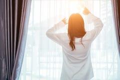 Asiatisches Mädchen, das gerade morgens aufwachen lizenzfreie stockbilder