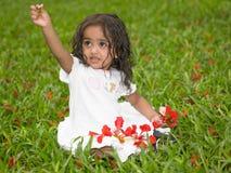 Asiatisches Mädchen, das im Garten spielt Stockbild
