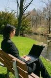 Asiatisches Mädchen, das im Park arbeitet stockfotos