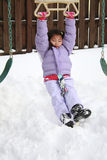 Asiatisches Mädchen, das im Schnee spielt Stockfotos