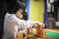 Asiatisches Mädchen, das mit Block-Spielzeug spielt Lizenzfreie Stockfotografie