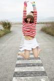 Asiatisches Mädchen, das mit Freude springt Lizenzfreie Stockbilder