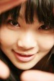 Asiatisches Mädchen, das Projektor betrachtend lächelt Lizenzfreie Stockfotografie