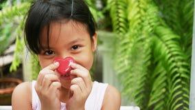 Asiatisches Mädchen, das rosa Herz an Valentinsgruß ` s Tag lächelt und hält lizenzfreies stockbild