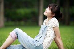 Asiatisches Mädchen, das Sommer genießt Stockfoto
