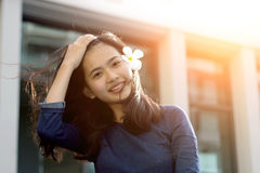 Asiatisches Mädchen, das Spaßspiel in der Sommerzeit hat stockfotos