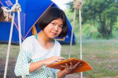 Asiatisches Mädchen, das Tablette verwendet Lizenzfreies Stockfoto