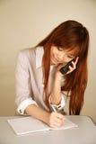 Asiatisches Mädchen, das Telefon verwendet lizenzfreie stockbilder