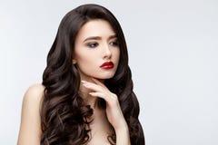 Asiatisches Mädchen des Brunette mit dem langen gelockten Haar Stockbilder