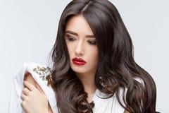 Asiatisches Mädchen des Brunette mit dem langen gelockten Haar Stockfoto