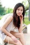Asiatisches Mädchen draußen. Stockfoto