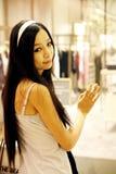 Asiatisches Mädchen in einer Butike. Stockfotos