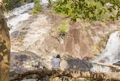 Asiatisches Mädchen entspannen sich auf dem Wasserfall in Süd-Thailand stockbild