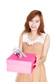 Asiatisches Mädchen geben eine Geschenkbox lizenzfreie stockbilder