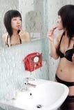 Asiatisches Mädchen im Badezimmer Stockbilder