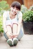 Asiatisches Mädchen im Garten Stockfotografie
