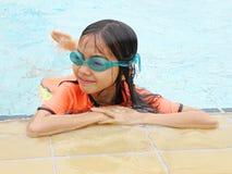 Asiatisches Mädchen im Pool Lizenzfreies Stockbild