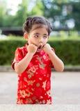 Asiatisches Mädchen im roten Kleid lizenzfreie stockfotografie