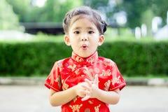 Asiatisches Mädchen im roten Kleid stockbilder