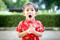 Asiatisches Mädchen im roten Kleid lizenzfreie stockfotos