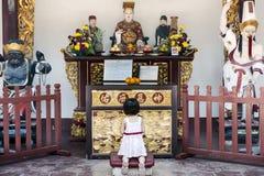 Asiatisches Mädchen im Tempel lizenzfreies stockbild