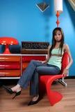 Asiatisches Mädchen im Wohnzimmer Stockfotografie