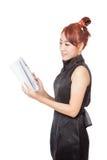 Asiatisches Mädchen liest glücklich ein Buch Lizenzfreies Stockfoto