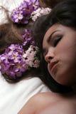 Asiatisches Mädchen mit Blumen Stockfotografie