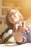 Asiatisches Mädchen mit der Gitarre Stockfoto