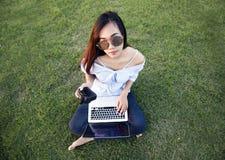 Asiatisches Mädchen mit Digitalkamera lizenzfreie stockfotografie