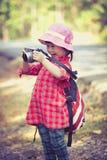 Asiatisches Mädchen mit Digitalkamera in schönem im Freien Retro- Art Stockfotografie