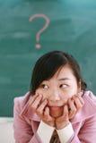 Asiatisches Mädchen mit einem roten Fragezeichen Lizenzfreies Stockfoto