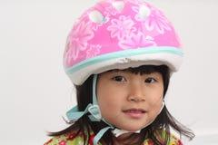 Asiatisches Mädchen mit Fahrrad-Sturzhelm Stockbilder