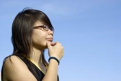 Asiatisches Mädchen mit Fragen Lizenzfreies Stockbild