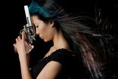 Asiatisches Mädchen mit Gewehr Stockbild
