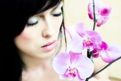 Asiatisches Mädchen mit Orchidee stockbild