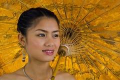 Asiatisches Mädchen mit Regenschirm Stockbild