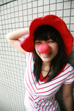 Asiatisches Mädchen mit roter Wekzeugspritze und Hut Lizenzfreie Stockbilder