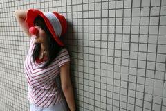 Asiatisches Mädchen mit roter Wekzeugspritze und Hut Lizenzfreies Stockbild